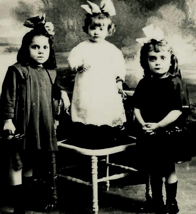 Условия, в которых жила маленькая Эдит, были ужасающими. Бабушке некогда было заниматься ребенком, и она часто наливала внучке в бутылочку вместо молока разбавленное вино, чтобы та ее не беспокоила. Тогда Луи отвез дочь в Нормандию к своей матери, содержавшей публичный дом.