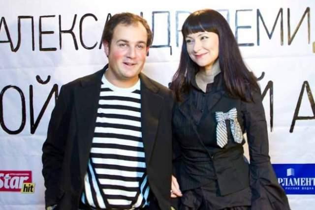 Александр Нестеров, 34 года. Жена - Нонна Гришаева, 46 лет. Разница - 12 лет. Актер и музыкант женился на Гришаевой в 2006 году, и по сей день пара счастлива вместе.