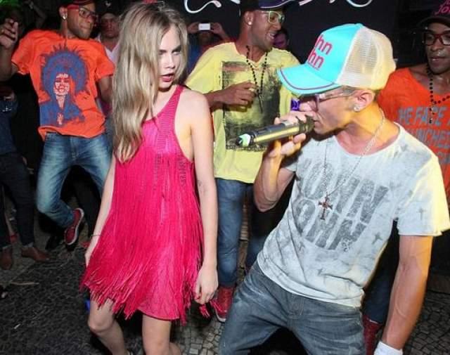 А это она же, но уже на танцполе в Рио.