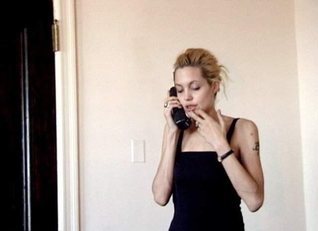 В июне 2014 года сайт Daily Mail выложил видео, снятое в 1999 году. На нем дилер привез актрисе очередную дозу наркотика, при этом он снимал на камеру, как Энджи говорит по телефону с папой. И хотя Джоли никогда не отрицала свою наркозависимость в прошлом, она посчитала, что вытаскивание на свет этой старой записи является циничным вторжением в ее личную жизнь.