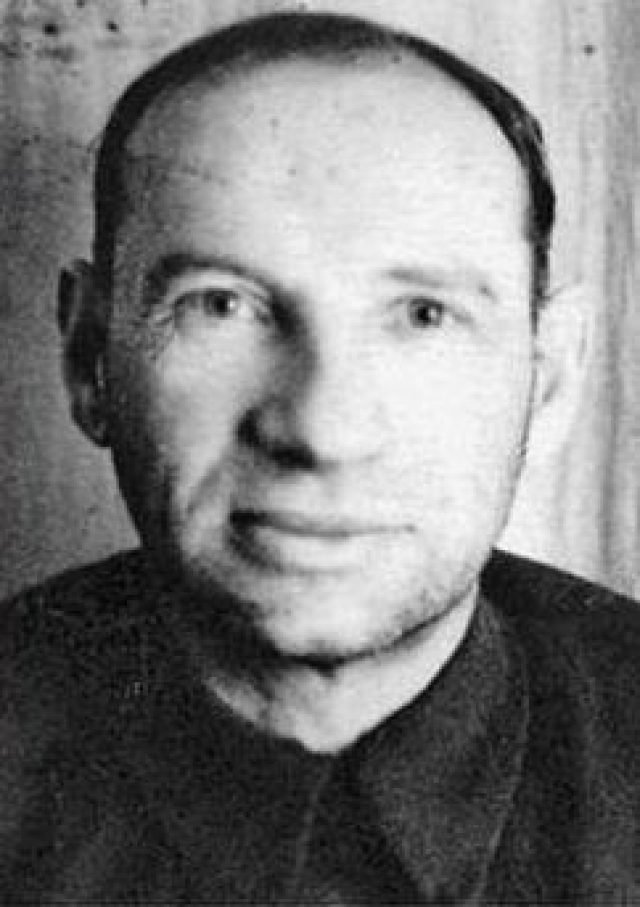 Вместо того чтобы требовать расстрела подсудимых врагов народа, адвокат Крамаров говорил на суде об их заслугах. За что однажды ночью за ним пришли. Через какое-то время отца отпустили, но в 1937 забрали повторно, на этот раз - навсегда.