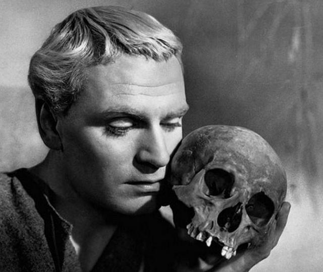"""Самое театральное завещание оставил актер Хуан Потомаки из Буэнос-Айреса. Администрации культурного заведения было предложено получить по завещанию несколько десятков тысяч долларов при условии, что череп покойного будет использоваться в дальнейших постановках """"Гамлета""""."""