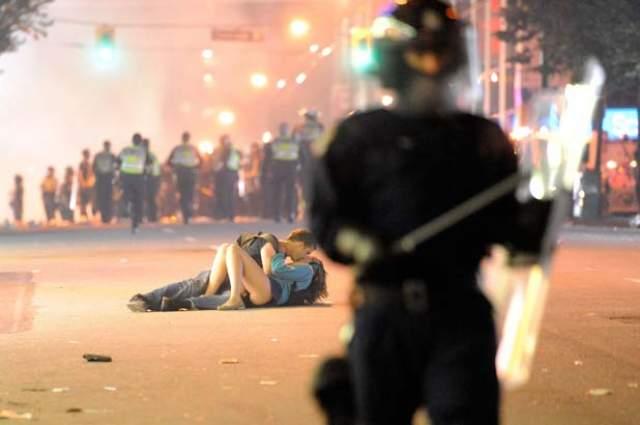 И пусть весь мир подождет. Скотт Джонс из Австралии целует Алекс Томас, канадку. Это был день, когда жители Канады подняли бунт: 16 июня 2011 года хоккеисты Vancouver Canucks потеряли Кубок Стэнли.