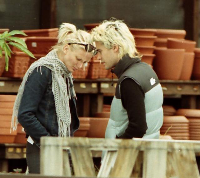"""Камерон Диаз и Джаред Лето. В 2002 The Telegraph назвали эту пару """"самой фотогеничной, но самой редко фотографируемой в мире"""". Отношения долго не продлились, но фото ослепительных блондинов порадовали папарацци."""