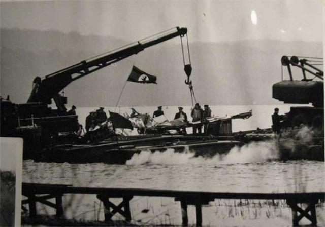 Для передачи тел погибших воинов из Великобритании прибыл королевский оркестр, представители английских войск с большим уважением отнеслись к подвигу летчиков.