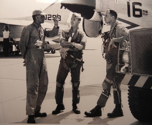 В 1963 году Клиф Джадкинс пилотировал истребитель Ф-8, когда в результате несчастного случая самолет вспыхнул. У молодого человека были считанные секунды, чтобы выбраться, пока огонь не добрался до него самого.