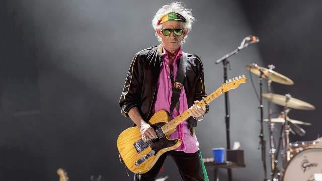 Он беспокоился, что, если в частности пострадает его средний палец, он больше не сможет играть на гитаре или показывать тот самый обидный жест.