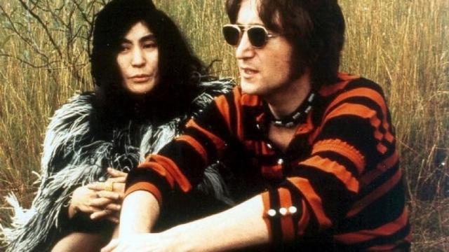 А со смертью Леннона Йоко осталась одна. Вместе со смертью близкого ей человека она вдруг особенно остро почувствовала, насколько сильно ее не любили и то, что с этой потерей она разом лишилась и его защиты.