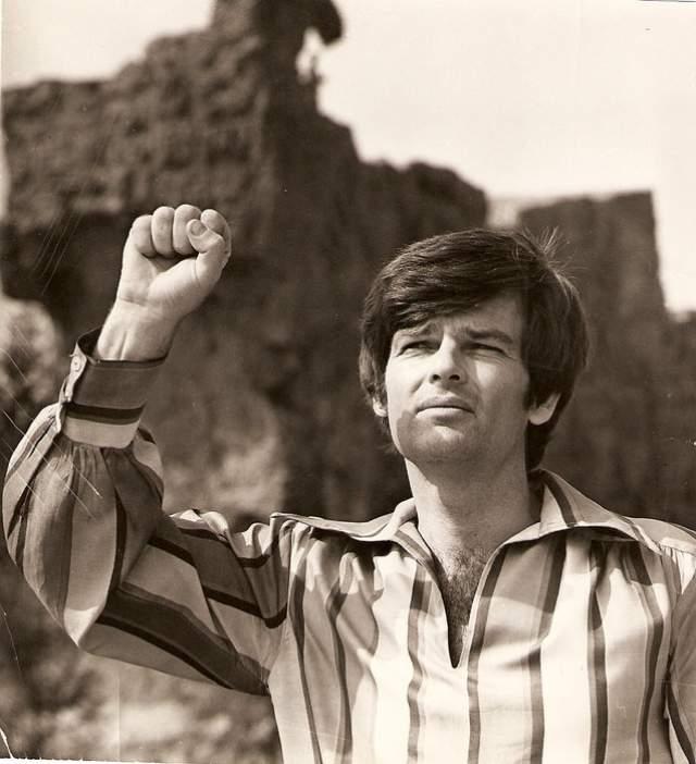 Любимчик советских зрителей погиб при весьма загадочных обстоятельствах. Его тело нашли 17 июня 1986 в озере Цойтенер Зе - к тому моменту, как заключили судмедэксперты, он был мертв уже четверо суток.