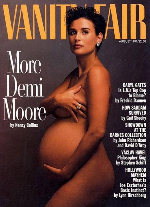 """Vanity Fair, август 1991. Шокирующая фотография обнаженной актрисы Деми Мур, находящейся на последнем месяце беременности, сделана тем же фотографом после большого успеха фильма """"Привидение""""."""