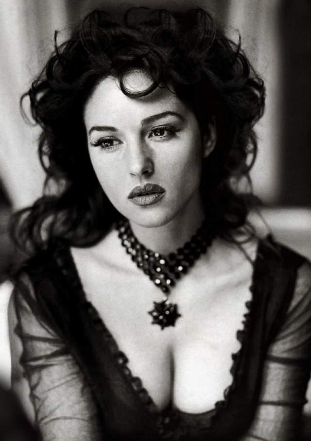 """Моника Беллуччи Несмотря на то, что она была известна в Италии уже на протяжении долгого времени, американская аудитория открыла для себя талант Беллуччи после того, как актриса снялась в фильме """"Слезы солнца"""" вместе с легендарной голливудской звездой Брюсом Уиллисом. Моника также укрепила свою популярность за пределами Италии, приняв участие в картине """"Страсти Христовы"""", где она исполнила роль Марии Магдалены."""