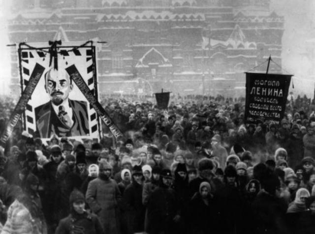 В страшную стужу на Красной площади собрались тысячи людей.