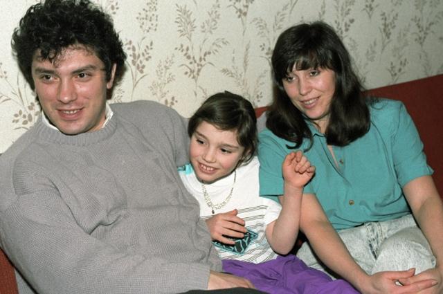Наследство Бориса Немцова. Известный политик был убит в конце февраля 2015 года, после чего в гонку за его наследством вступили четверо детей, носящих его фамилию: 31-летняя Жанна (на фото с мамой), 19-летний Антон, 13-летняя Дина и 10-летняя Софья, а также те, о ком не было известно.
