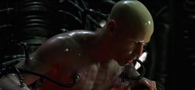 Последним снимался эпизод освобождения Киану из Матрицы - когда он проснулся в капсуле с прозрачной жидкостью, а к его телу были подсоединены провода. Пришлось сбрить не только волосы, но и брови. Отращивал же их актер уже после окончания съемок.