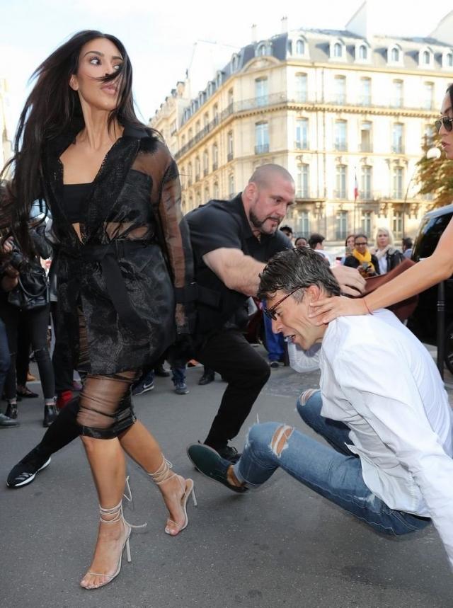 Хулиган дернул Кардашьян за волосы и даже попытался повалить на землю, однако охрана во время выручила девушку.