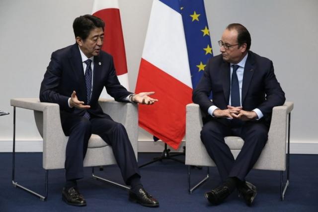 """""""Французский народ приносит соболезнования народу Китая"""" , - обратился он к японцам. Опытная переводчица-синхронистка среагировала как положено и поправила президента. Однако в зале присутствовал японский журналист, владеющий французским, именно он и придал огласке ошибку Олланда."""