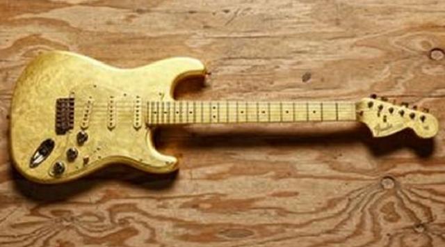 Звезда Формулы-1 Льюис Хэмилтон за $100 000 купил уникальную золотую гитару, на которой играл сам Принс.