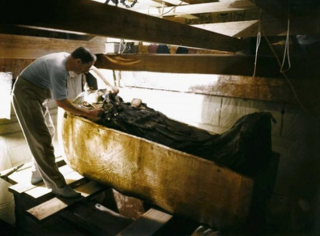 Археологам потребовалось открыть еще три украшенных гроба, вложенных один в другой и сделанных в форме человеческого тела, прежде чем в последнем гробе, который был полностью отлит из золота, была найдена мумия юного фараона.
