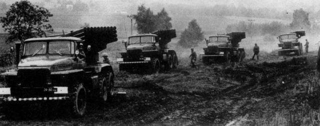 """В 17:00 в критической ситуации был открыт огонь из секретных на тот момент реактивных систем залпового огня (РСЗО) """"Град"""". Снаряды уничтожили большую часть вооружения китайской группировки и военных, включая подкрепление, минометы, штабеля снарядов."""