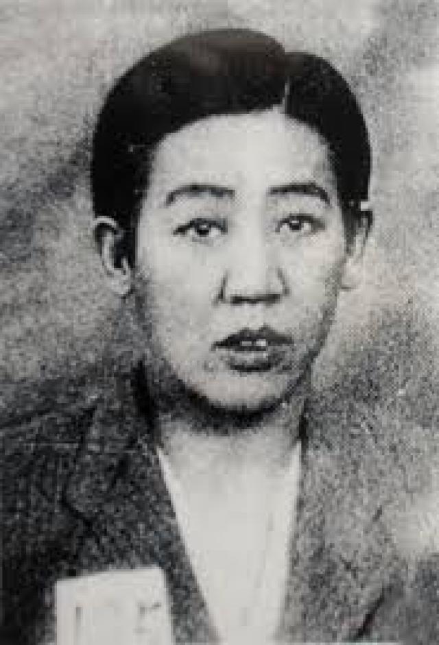 """После окончания войны, 11 ноября 1945 года агентство новостей сообщило, что """"китайские контрразведчики смогли арестовать в Пекине разыскиваемую в течение долгого времени красавицу в мужской одежде""""."""