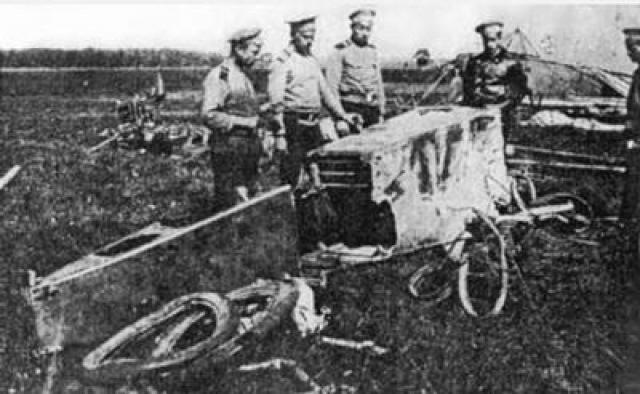 """Нестеров на легком и быстром аэроплане «Моран» поднялся в воздух, догнал «Альбатрос» и протаранил его, нанеся удар сверху вниз в хвостовое оперение. Произошло это на глазах местных жителей. Австрийский самолет потерпел крушение. На фото: русские солдаты осматривают обломки """"Альбатроса"""", тараненного Нестеровым"""