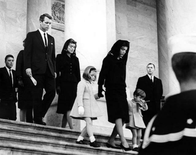 По решению Жаклин Кеннеди во время церемонии прощания и похорон тело находилось в закрытом гробу. Для прощания с президентом в Капитолии выстроилась живая очередь из примерно 250 000 человек, из-за чего двери Капитолия оставались открытыми всю ночь.