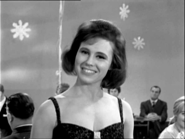 """Основную лепту во всесоюзную известность Ларисы Мондрус, наверное, внесло Центральное телевидение. Начало положил """"Новогодний Голубой огонек"""" 1964 года, где Мондрус засветилась не с чем-то, а с """"Лунным светом"""" Эдди Рознера."""