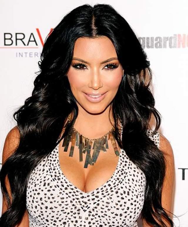 Ким Кардашьян Ким всегда выглядела просто великолепно, хотя злые языки не раз утверждали, что ее круглая грудь и пышная попа- результат стараний хирургов. Сама красотка уверяет, что она такова от природы.