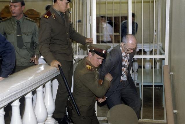 Во время процесса Чикатило содержался в изоляторе КГБ и тщательно охранялся: среди родственников жертв были сотрудники органов, до убийцы могли добраться в простом следственном изоляторе.