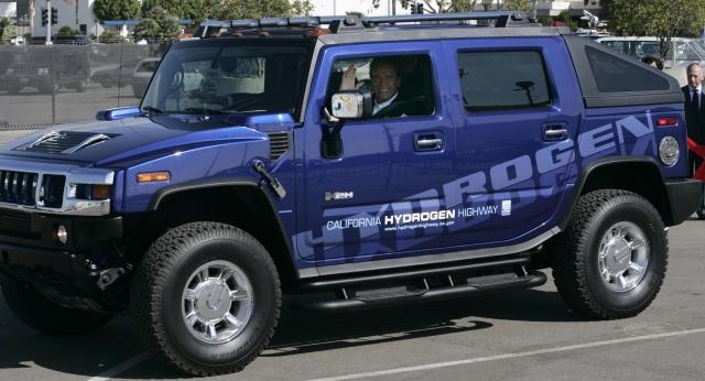 Когда Арнольд баллотировался в губернаторы в 2003 году, поднялась волна негатива о поводу того, что авто этой марки расходует нецелесообразно много топлива. Тогда актер перевел одну из своих любимиц на водородное топливо за 21 тысячу долларов.