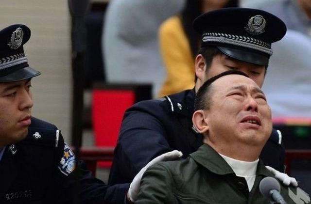 Правоохранительным органам стало известно, что один из богатейших жителей Китая возглавлял крупную преступную группировку, занимавшуюся убийствами, нелегальными казино и торговлей оружием.