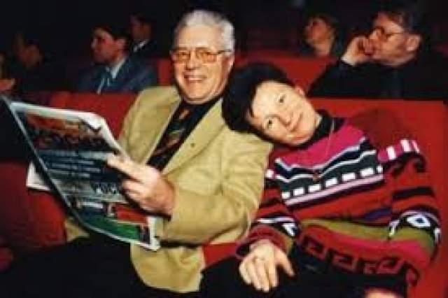 """Роман Жарикова с журналисткой Татьяной Секридовой начался на фестивале """"Созвездие"""". Актер сразу предупредил девушку, что никогда не разведется с супругой, а та и не настаивала. Когда она забеременела, Жариков взял на себя опеку над ребенком, а затем и над вторым, при условии, что все это останется в тайне."""