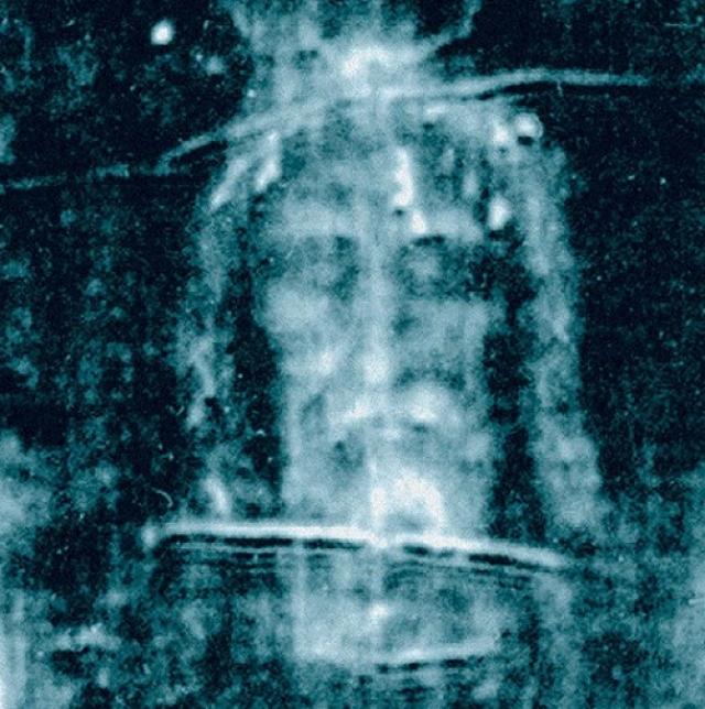 В 1978 году более 30 ученых разных специальностей и из разных стран исследовали туринскую плащаницу, в которую якобы был завернут Иисус Христос на протяжении пяти суток, сменяя друг друга и используя самую совершенную технику. Увы, окончательного ответа на вопрос происхождения рисунка, ученые так и не нашли. А так выглядит рентгеновский снимок плащаницы Иисуса.