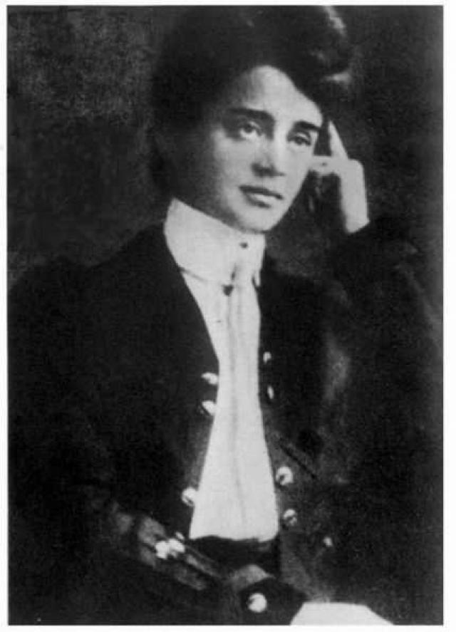 """Устав от собственной """"ненормальности"""" в 1907 году София вышла замуж за литературоведа, теоретика драмы В.М.Волькенштейна, но брак продлился меньше двух лет, при этом замужество не прервало связи поэтессы с первой возлюбленной."""