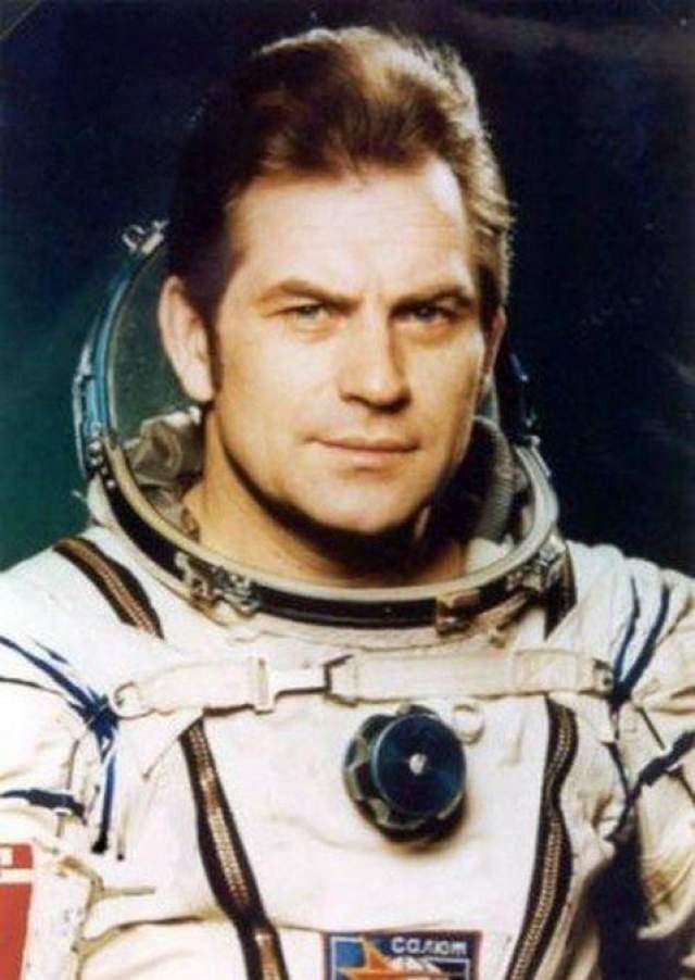 """Дважды Герой Советского Союза космонавт Владимир Коваленок рассказывал, что во время прибывания на станции """"Салют-6"""" в 1981-м году он наблюдал яркий светящийся объект величиной с палец, стремительно огибающий Землю по орбите. Коваленок позвал командира экипажа Виктора Савиных, и тот, увидев необычное явление, тут же пошел за фотоаппаратом. В это время """"палец"""" вспыхнул и разделился на два объекта, соединенных между собой, а затем исчез."""