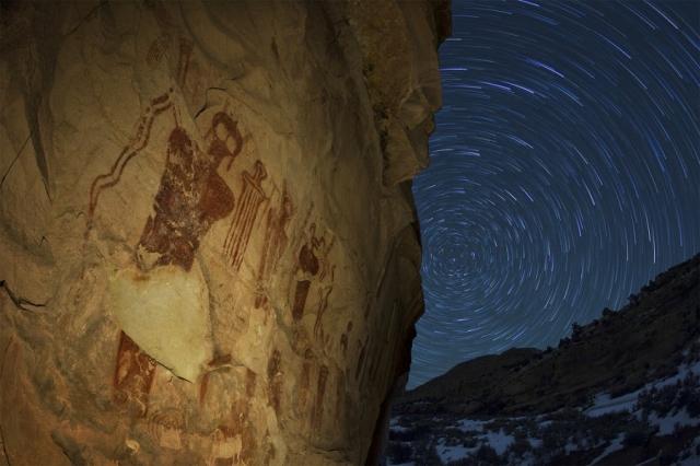 """На фресках, найденных в пустыне Сахара - человекоподобное существо в """"скафандре""""."""