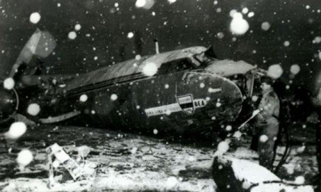 Самолет остановился в Мюнхене на дозаправку, после которой пилоты Джеймс Тейн и Кеннет Реймент предприняли две попытки взлета, но отменили обе из-за повышенных колебаний в левом двигателе.