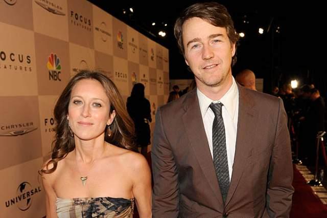 Эдвард Нортон и Шона Робертсон. Об этой паре журналисты сначала неожиданно узнали, что у них появился в 2013 году сын, а только после этого - что пара уже давно состоит в официальных отношениях.