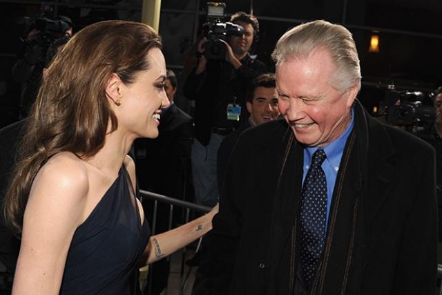 """В середине 2002 года Джоли подала заявление в официальные органы с просьбой окончательного оформления ее имени как """"Анджелина Джоли"""", без """"Войт""""."""