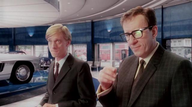 Джеффри Раш и режиссер Стивен Хопкинс показали всю трагедию Селлерса. Близкие легендарного актера говорили, что порой не могли отличить Раша от его реального прототипа.