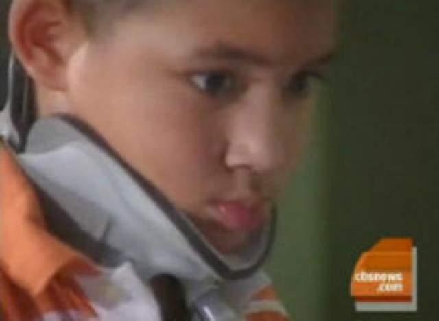 Хирурги. спасли мальчика после внутреннего обезглавливания Внутреннее обезглавливание происходит, когда череп отделяется от спинного хребта, не разрывая кожу, и отделен от спинного мозга на 98%. Джордан Тэйлор выжил после этой страшной травмы.