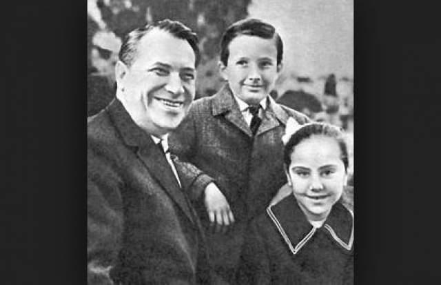 Марк Бернес с детьми.