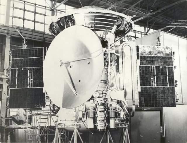 Освоение космоса для СССР довольно долго было первостепенной задачей, но не все шло гладко. Во время подготовки полета станции на Марс прибор, который должен был сделать выводы о наличии или отсутствии органической жизни на планете вывезли в выжженную степь на проверку. Аппарат передал, что жизни на Земле нет, после чего из миссии его исключили.