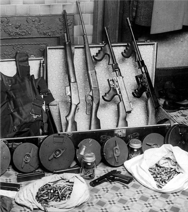 Капоне ввел в оборот пулеметы и ручные гранаты, а также устанавливаемые в автомобилях взрывные устройства, которые срабатывали после включения стартера.
