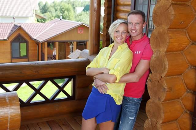 Роман Костомаров (42) и Оксана Домнина (34). В 2013 году пара, которая на тот момент была пять лет как в отношениях, ошарашила фанатов решением расстаться.