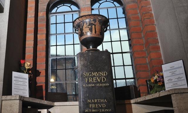 В ночь на 1 января 2014 года неизвестные пробрались в крематорий, где стояла ваза с прахом Марты и Зигмунда Фрейдов, и разбили ее. После этого смотрители крематория перенесли вазу с прахом супругов в более надежное место.