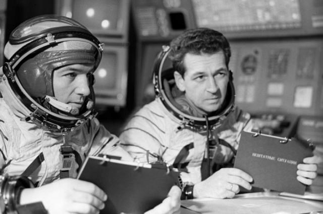 Приземлившись и выбравшись наружу из капсулы, космонавты стали ждать спасателей. Когда наступила ночь, они разожгли костер. Вдруг они услышали нарастающий свист и одновременно увидели на небе какой-то светящийся объект, зависший прямо над ними.