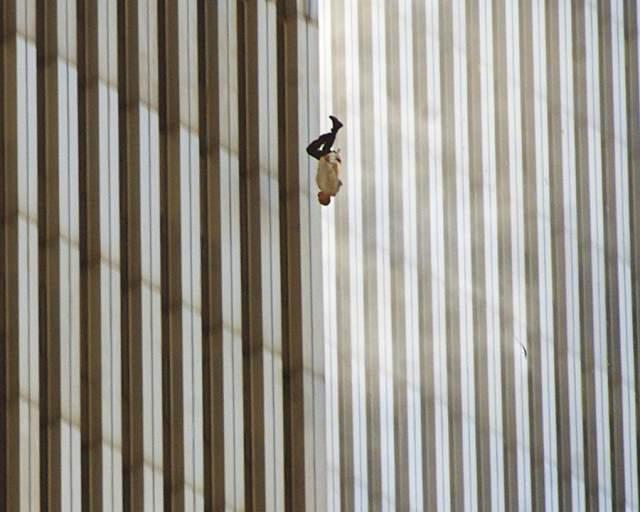 Падающий человек, Ричард Дрю, 2001. На снимке, сделанном, как нетрудно догадаться, в день теракта 11 сентября в Нью-Йорке, - 43-летний Джонатан Брили, работавший в ресторане Windows On The World на самом верху северной башни.