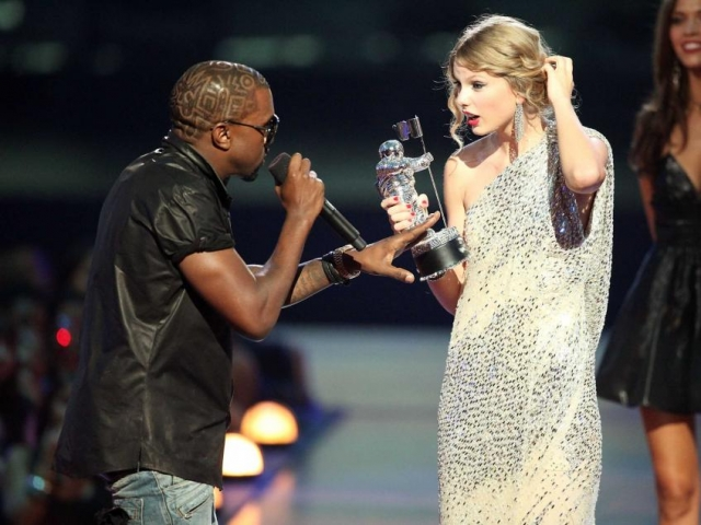 Канье Уэст. Рэпер и супруг Ким Кардашьян - известный скандалист. Однажды он выбежал на сцену и в прямом эфире заявил, что Тейлор Свифт не достойна полученной награды.