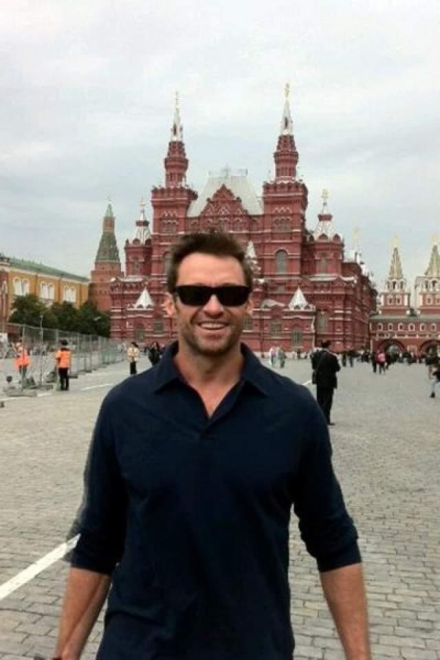 """Хью Джекман : """"У меня есть друг, который проработал в Москве лет пять. И он мне сказал: """"В Москве ты обязательно должен сделать одну вещь - побывать в их подземке. Ты просто не поверишь, как там красиво: люстры, статуи, картины, мозаика""""."""